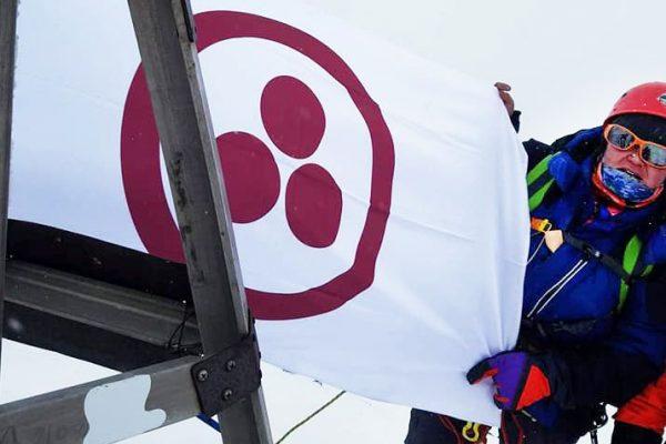 Знамя Мира на вершине Актру